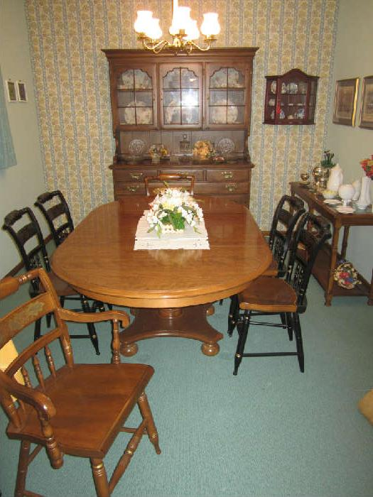 Lovely Americana Ethan Allen Table, with two leafs and six chairs.