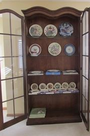 The perfect display cabinet and yes it lights