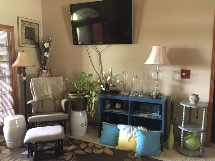 Glider - Large TV - bookcase - decorative tables / Lamps