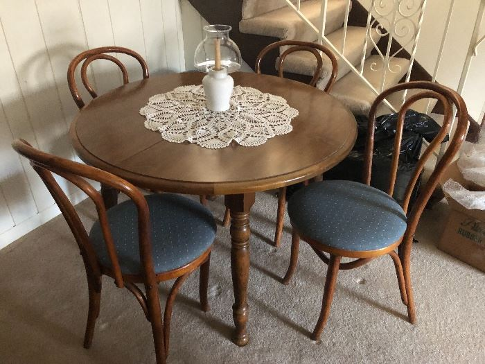 Round table, 2 leaves, 4 padded chairs