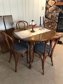Round table with 2 leaves; 4 padded chairs