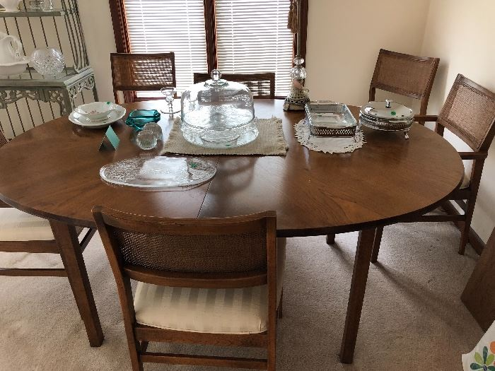 Beautifully kept dining table, oval (2 leaves &  6 chairs)