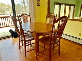 Kitchen Table, 4 chairs and 2 leafs