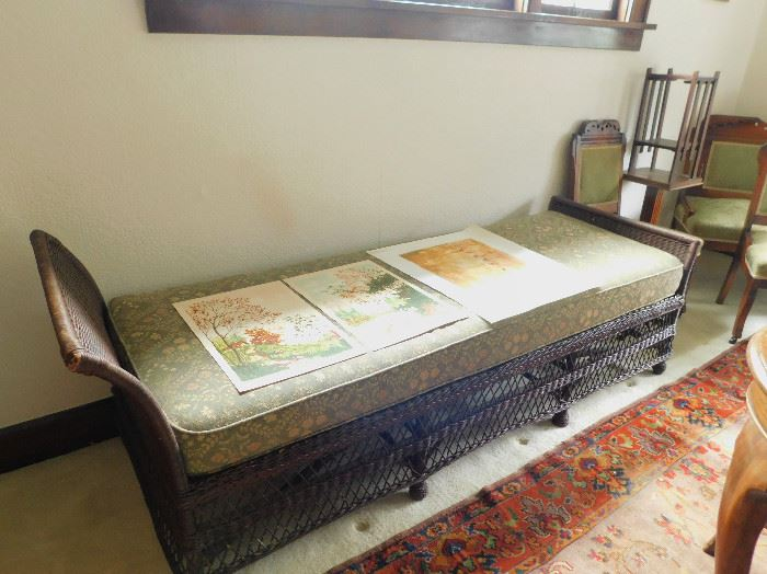 Beautiful wicker fainting couch/daybed