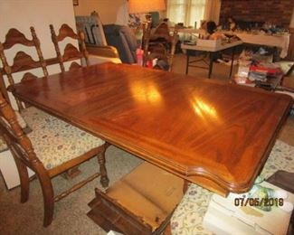 DINING ROOM TABLE WITH 2 LEAVES AND 8 CHAIRS