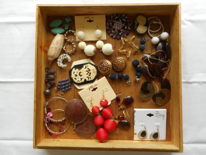 Large lot of vintage and costume jewelry- 39 pc. https://ctbids.com/#!/description/share/132428