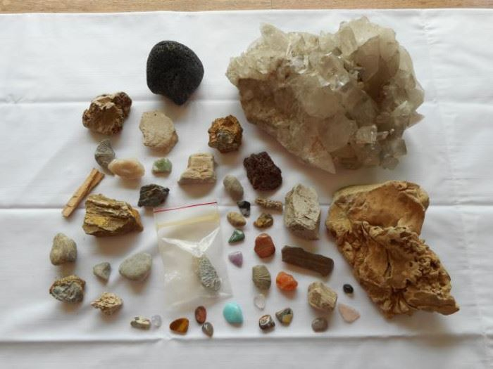 Fossil & gem stone collection - approx 45 pc. https://ctbids.com/#!/description/share/133041