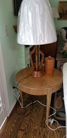 Cute round side table - excellent condition. Nice wood table lamp