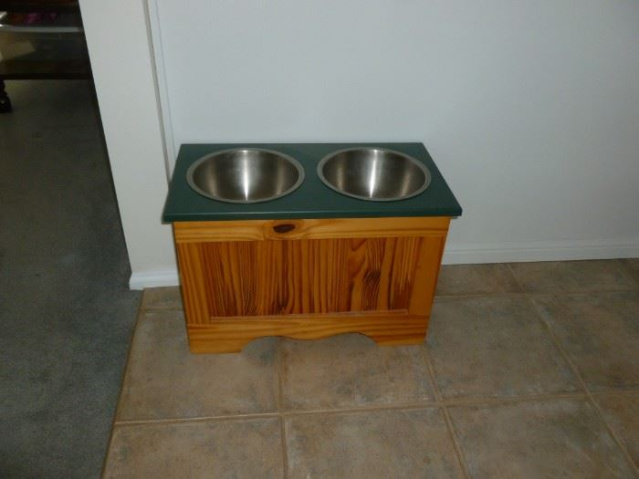 Elevated pet feeder