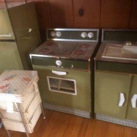 vintage metal child's toy kitchen appliances