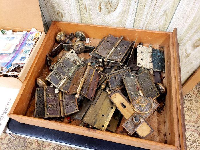 Box of antique door knobs / hardware