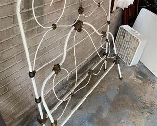 ANTIQUE COMPLETE TWIN SIZE IRON BED