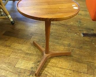 End table. Low estimate. $125