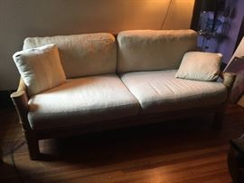 Beautiful rattan couch 80 x 42 x 40