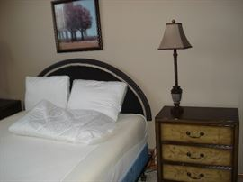 queem memory foam bed, side tables, table lamps.