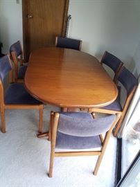 Dining room table with 6 chairs and 2 leaves