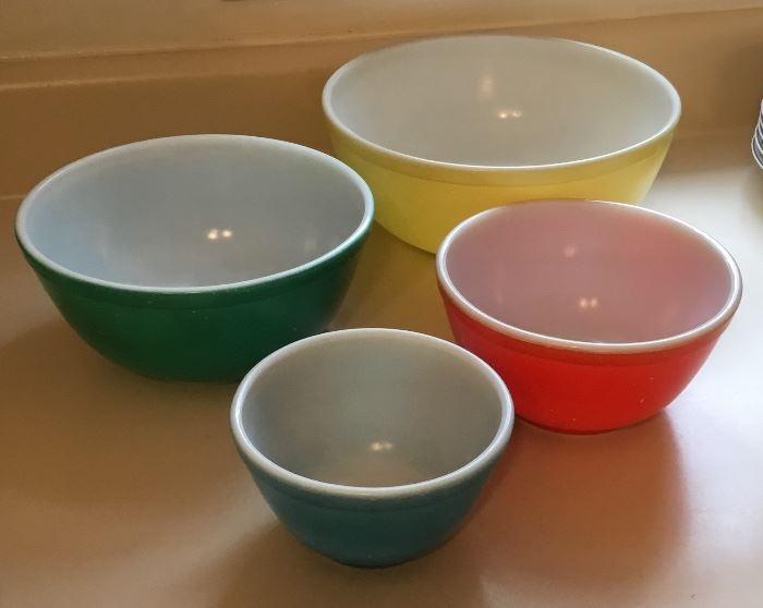 4 PieceSet Vintage Retro Mixing Bowls