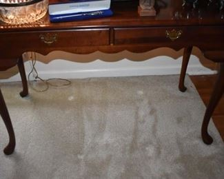 Quality Broyhill Queen Anne Style Sofa Table in Great Condition!