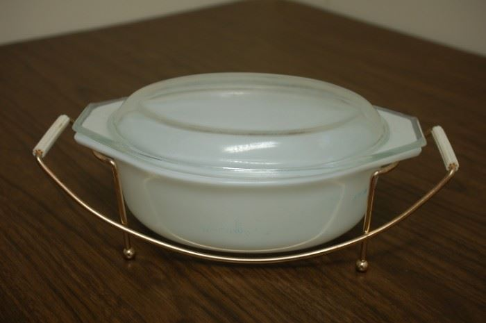 Pyrex 1.5 quart covered dish with handle