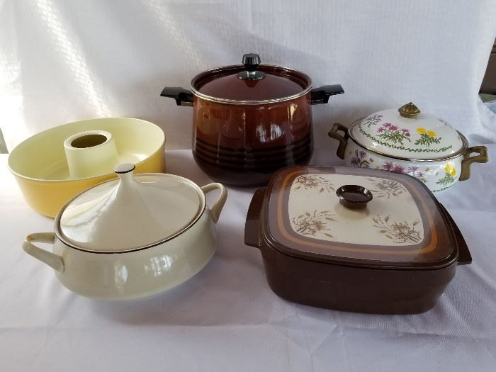 Collection of vintage kitchen ware. https://ctbids.com/#!/description/share/136916