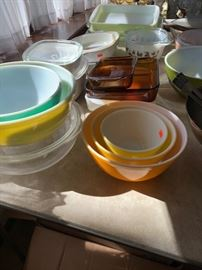 Excellent condition Pyrex and casserole dishes.