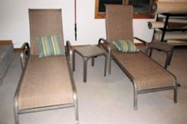 2 chaise lounge