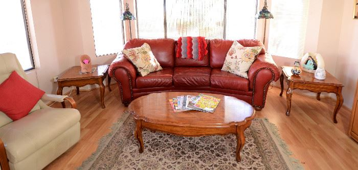Deep red leather sofa. Extra nice! Excellent condition in all the furnishings.