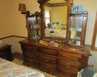 MATCHING DRESSER WITH MIRROR AND 2 SIDE DISPLAY CASES