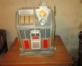 ANTIQUE 5 CENT SLOT MACHINE
