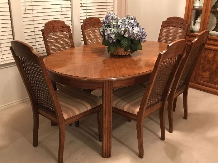 Beautiful Wood Dining Table, with 2 extendable leaves and six chairs! Extends out to a very large size!! Perfect for family gatherings, special occasions and holidays!