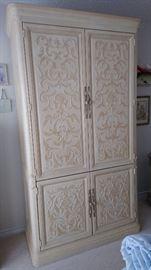A very beautiful Henredon cabinet.