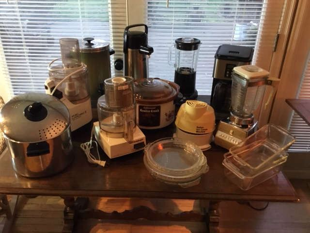 Small kitchen appliances and bakeware