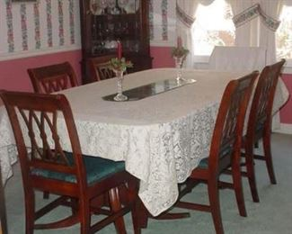 Wonderful vintage dining table with 6 chairs