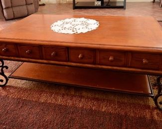 WOOD AND METAL COFFEE TABLE WITH DRAWERS.
