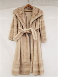 """Vintage fur mink coat. Appears to be authentic, full pellet fur mink coat. Please inspect yourself. Tag missing. Maybe women's medium. Length of whole garment is 46"""". Shoulder to shoulder on back is 19""""."""