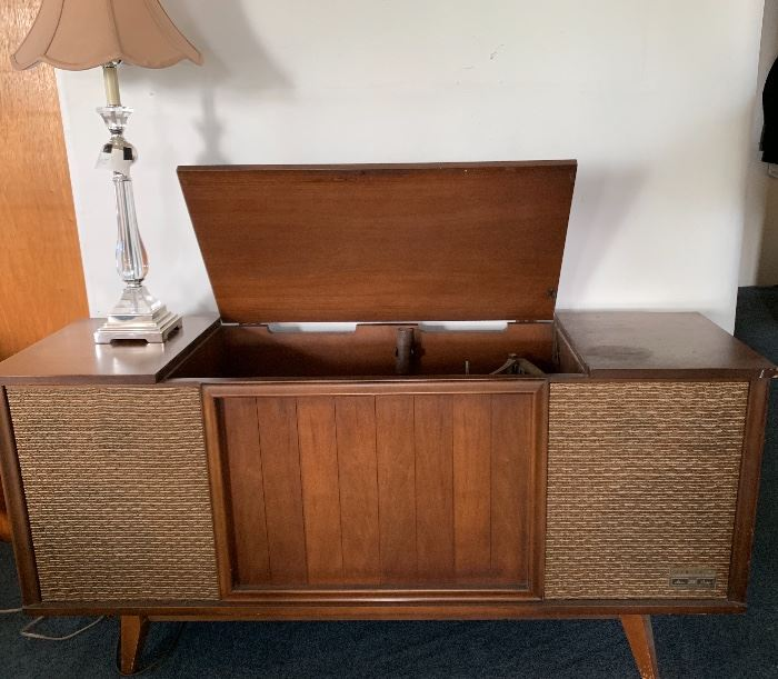 Vintage cabinet hi-fi. Receiver & turntable.