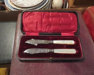 Pair of Pearl Handle Knives in Presentation case Victorian