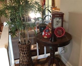 Round pedestal table, box lamp, silk tree, painted gourd