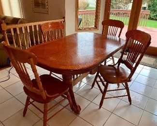 Beautiful Oak kitchen table w/leaf and for chairs - In perfect condition