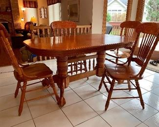 Beautiful Oak kitchen table w/claw and ball feet, 1 leaf and 4 chairs - In perfect condition