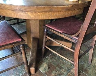 Nice oak dining set w/4 chairs