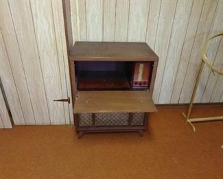 old stereo, with radio but turn table is not there