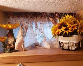 More sunflower decor.