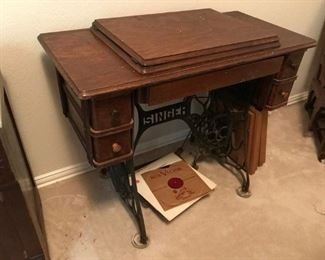 1913 Singer sewing machine (closed) w/table