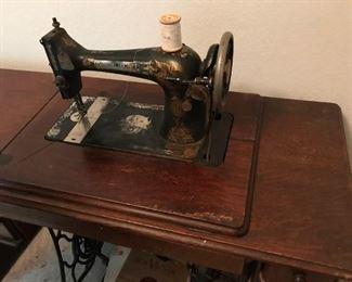 1913 Singer Sewing Machine, needs restoration.