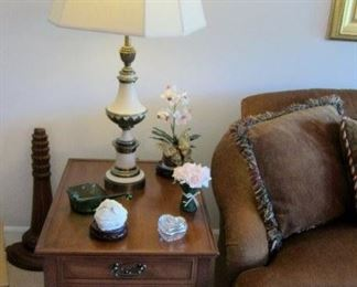 2ND HENREDON TABLE AND STIFFEL LAMP