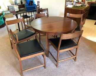 Dining table w/ 2 leaves and chairs x 6 (inc. 2 capatain chairs)