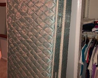 Twin Mattress & Boxspring in Like New Condition