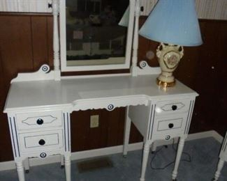 Matching dressing table w/mirror & 4 drawes