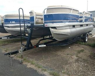 2013 Sun Tracker Party Barge DLX 18 Pontoon